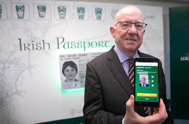Az ír külügyminiszter, Charles Flanagan mutatta be, milyen a szabályos útlevélselfie