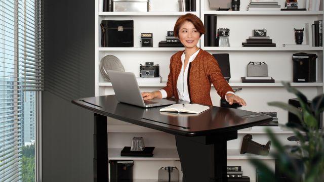 Egy asztal, ami felállít, ha túl sokat ültél