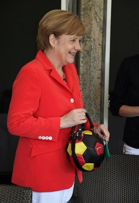A 2014-es foci világbajnokságon jelent meg ezzel a táskával.