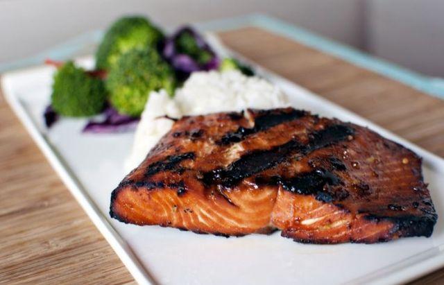 Gyors vacsora: grillezett hal vajas-fokhagymás petrezselyemmel