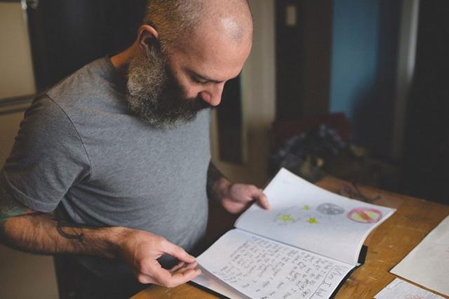 A kisfia rajzait tetováltatja magára az apa