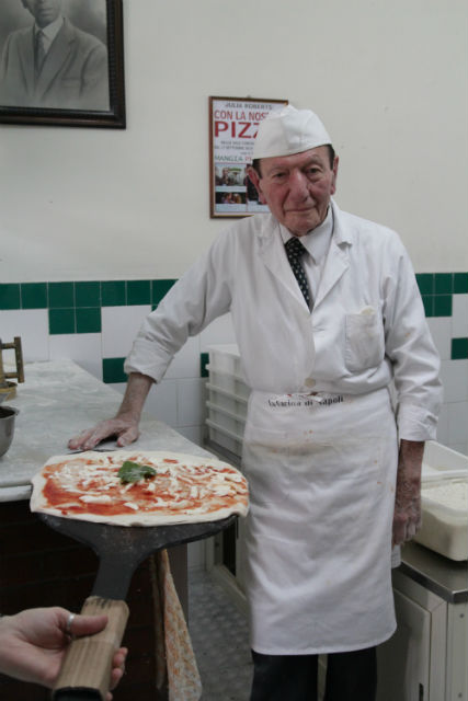 Az idős úr a nápolyi pizzaszentély főpapja a da Michele családból, ők készítik a legtutibb pizzát,  régi családi recept alapján
