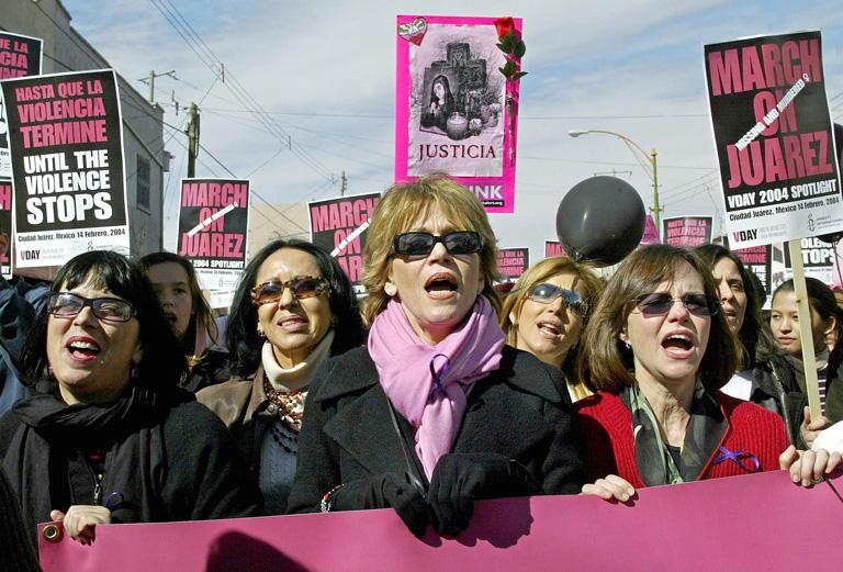 Eve Ensler (balra) egy tüntetésen, a nőket ért erőszak ellen, Mexikóban