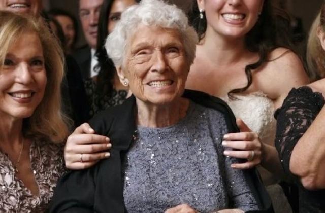 Koszorúslány lett a 95 éves nagyi