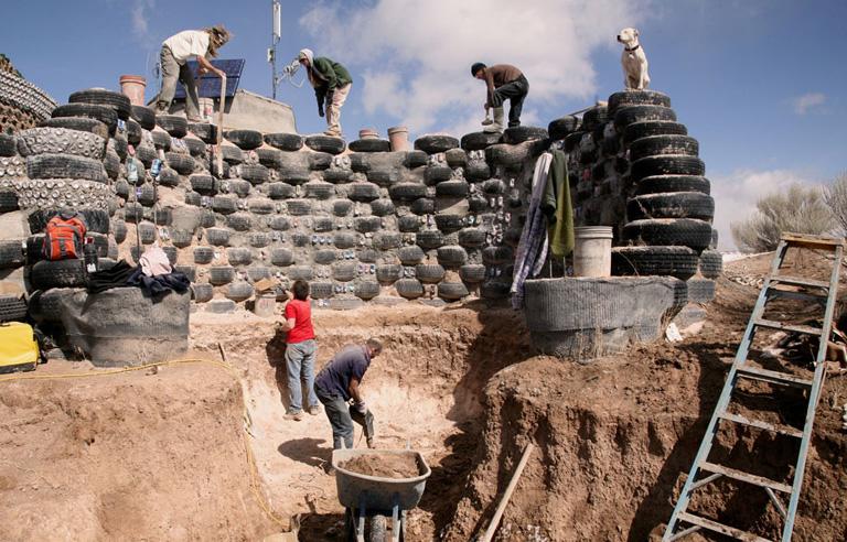Olcsón lakni: emberek, akik szemétből építenek maguknak házat