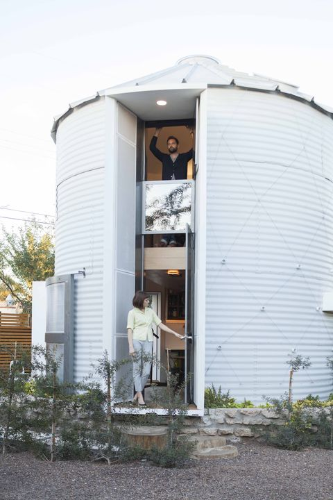 Egy 18 négyzetméteres gabonatárolóban lakik ez a fiatal pár