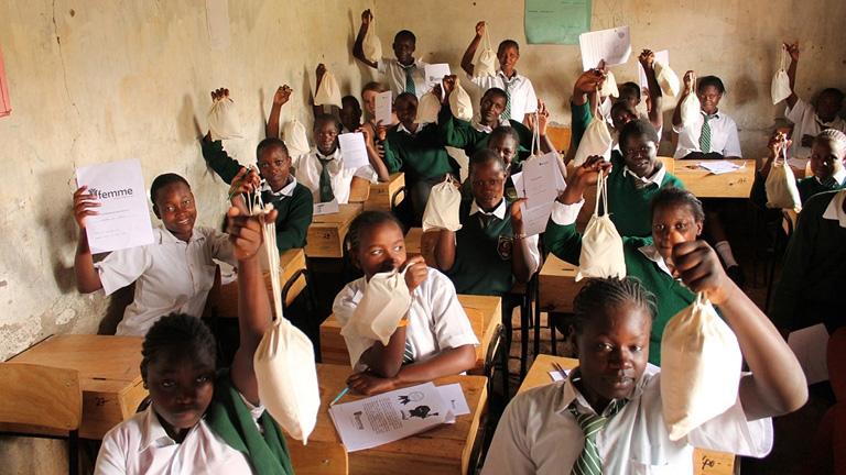 Kenyai iskolások kezükben a Femme International egészségügyi csomagjával (Fotó: femmeinternational.org)
