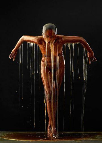 Mézzel öntötték le a modelleket - elképesztő fotók
