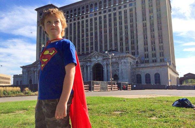 Supermannek öltözve segíti a hajléktalanokat a 8 éves fiú
