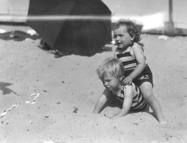 Különleges fotók: a hároméves Marilyn Monroe az édesanyjával