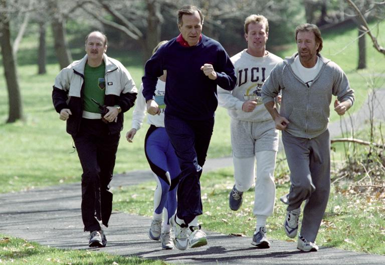 Az idősebbik George Bush és Chuck Norris együtt kocognak egy archív fotón