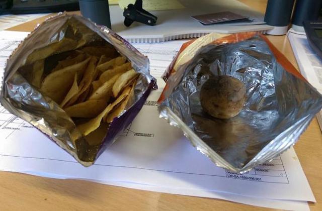 Egész, nyers krumpliszemet talált a chipses zacskóban