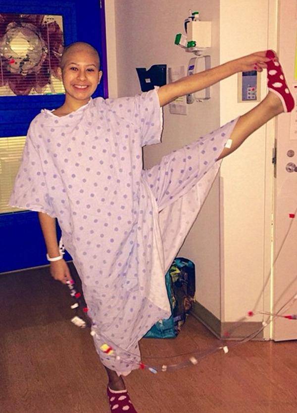 A kórházban is jógázik a súlyos beteg lány