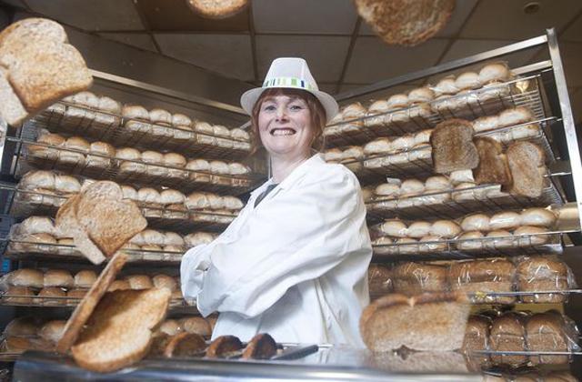 Kenyérkóstolással keresi a kenyerét egy nő
