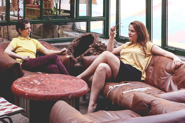 Sárga inggaléros póló és marsala vászonnadrág, H&M – Angex, Mango sárga póló – Háda, fekete Sonia Rykiel ceruzaszoknya – lomtalanítás