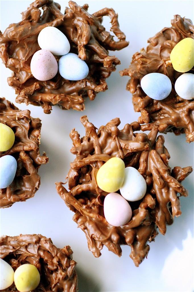 Húsvéti finomság sütés nélkül: csokifészek tojással
