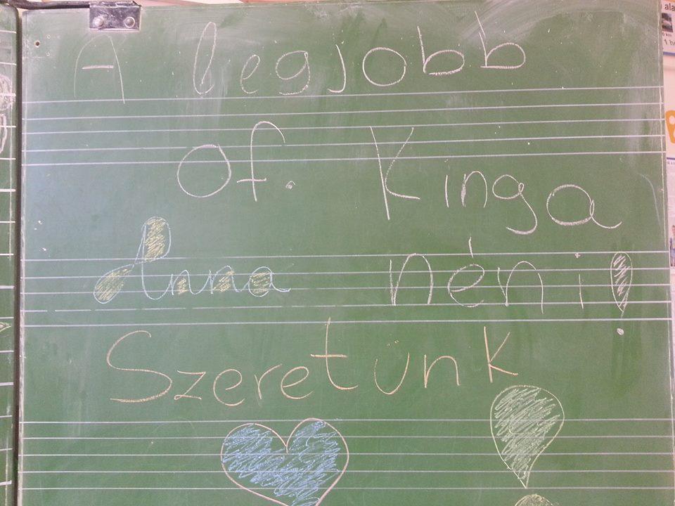 A táblán üzenték meg a diákok, mennyire imádják Kinga nénit