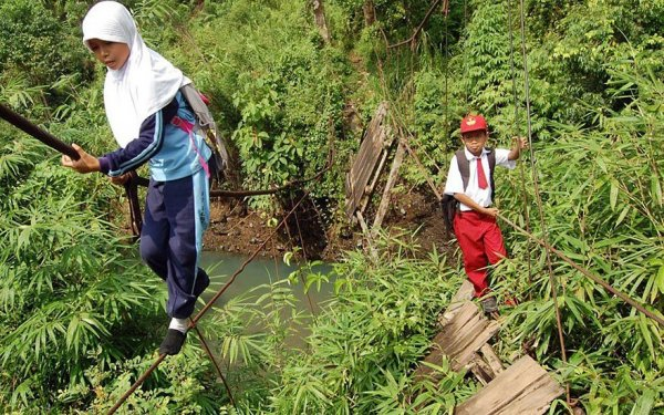 Gyerekek, akik az életük kockáztatásával jutnak el az iskolába