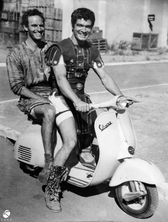 Charlton Heston és Stephen Boyd Vespával is felmérték a terepet a Ben Hur forgatásán