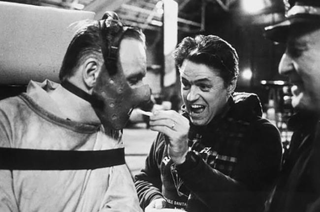 ... ahogy Hannibal Lecter is, ezúttal azonban csak sültkrumplit falatozott