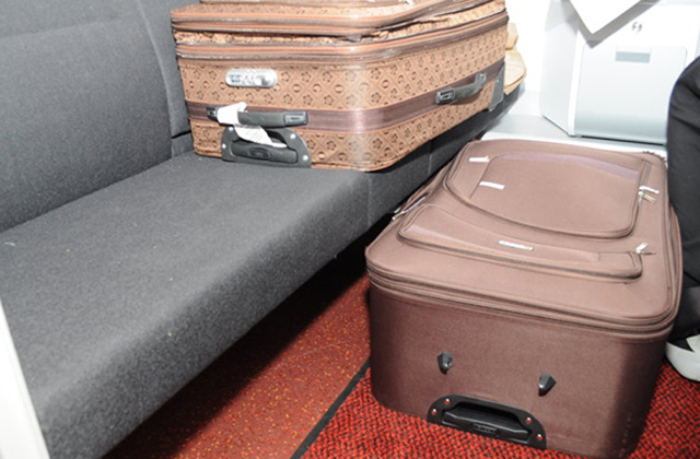 Ebbena  bőröndben bújt el a nő