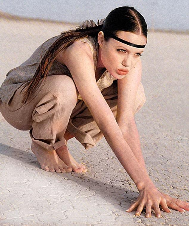 Ritka fotók kerültek elő Angelina Jolie-ról