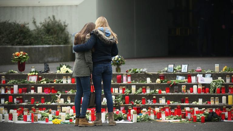 A halterni német Joseph-Koenig Gimnázium tanulói gyászolják tanárukat és diáktársaikat (Fotó: Sean Gallup/Getty Images)