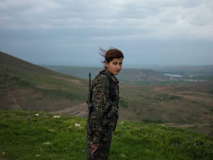 Nők, akik gépfegyverrel támadnak az ISIS terroristákra