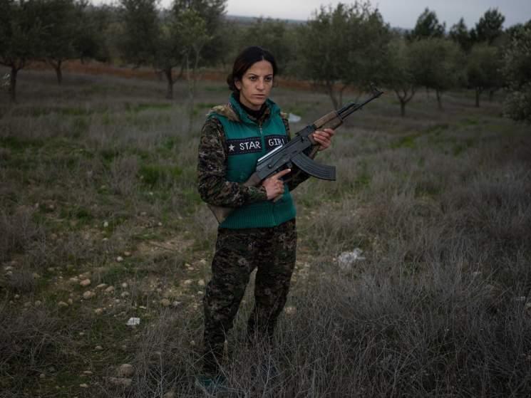 Kurd nők, akik gépfegyverrel támadnak az ISIS terroristákra