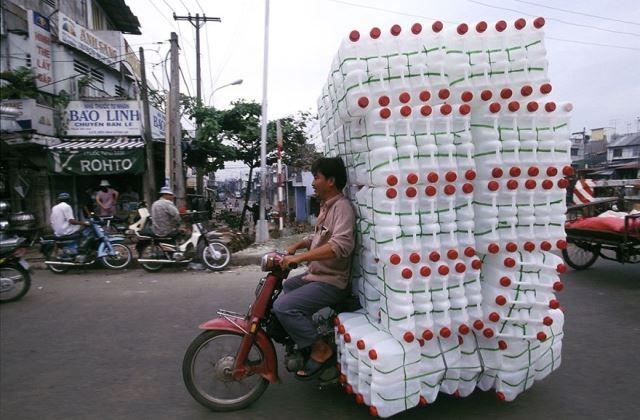 Műanyag flakonok is elférnek a motoron...
