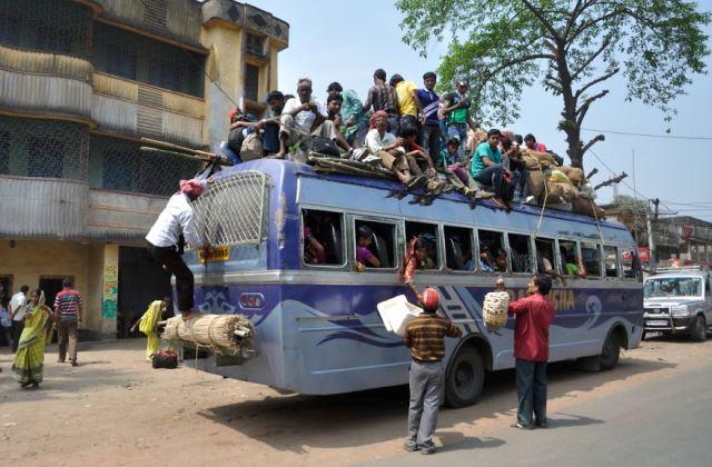 Indiában sokan felférnek a buszra