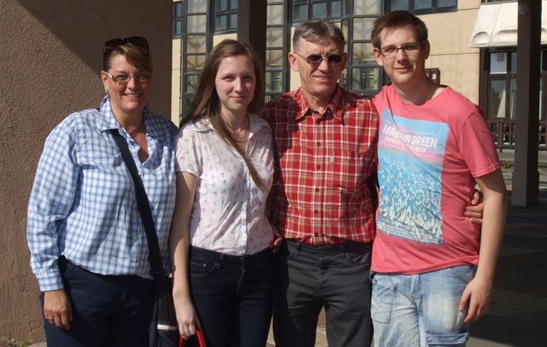 Dávid (balra) a családjával