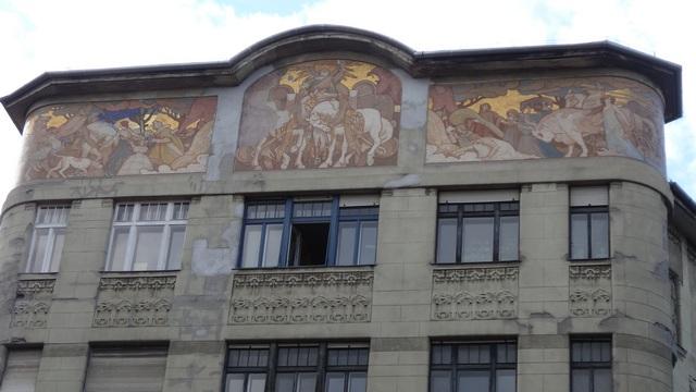 Az épület homlokzatán a sörfőzés képei