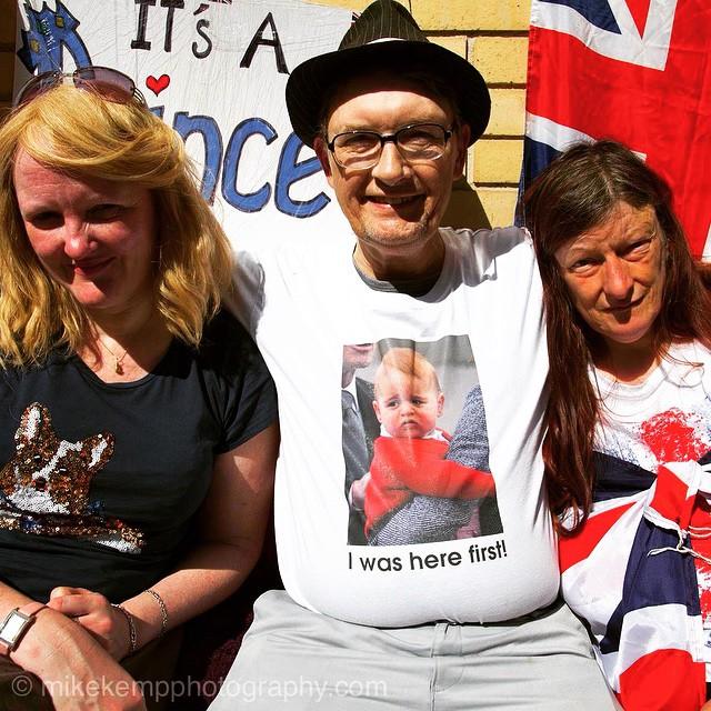 A Sky London királyi tudósítója két barátjával várja a királyi bébi érkezését