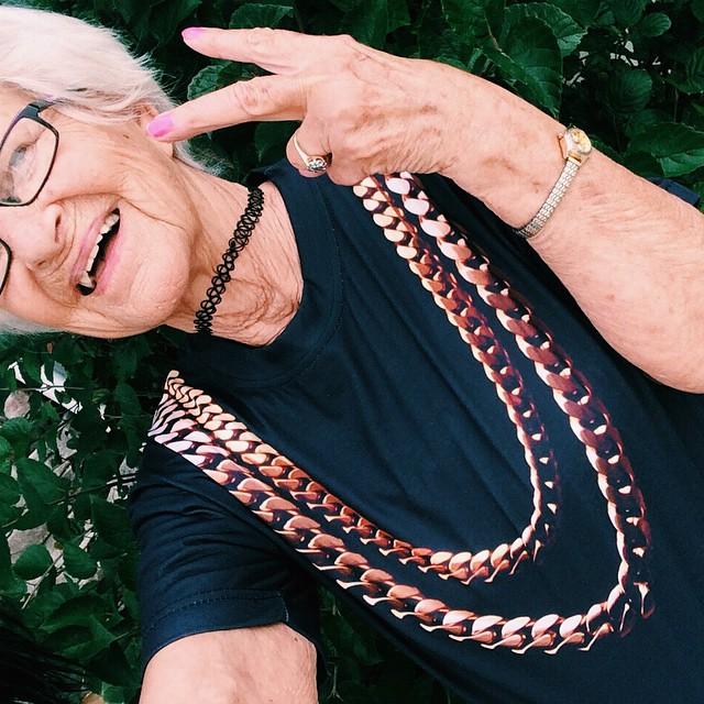 10 fotó a 86 éves nagyiról, amitől még Miley Cyrus is zavarba jönne