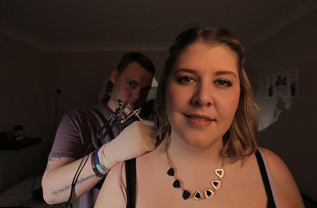 A barátnője hátán tanult tetoválni a fiú
