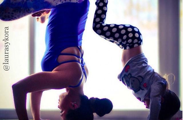 Fantasztikus fotók anya és kislánya közös jógázásáról