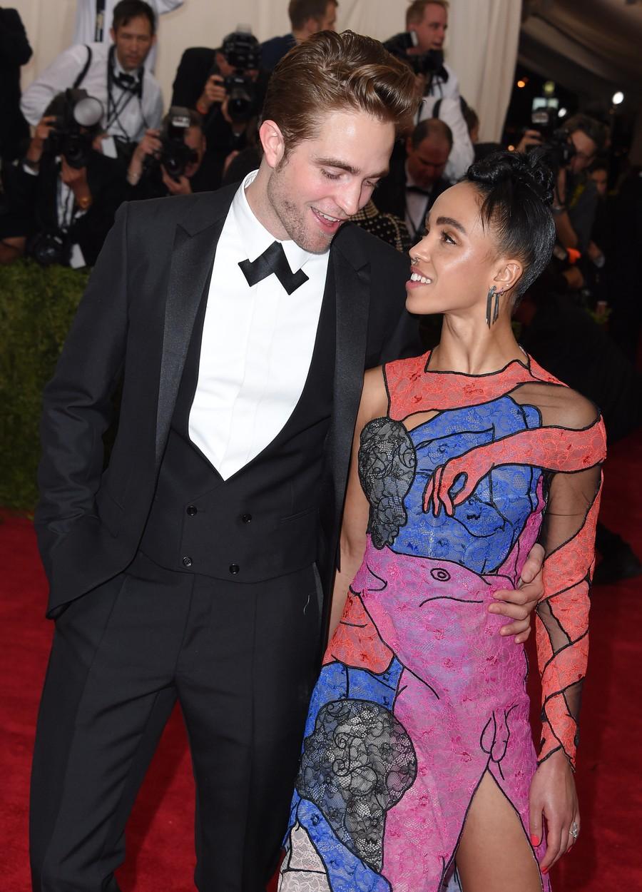 MET-gála: Péniszes ruhában bulizott Robert Pattinson barátnője - fotó