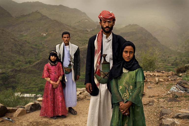 Két nyolc éves lány és férjeik Yemenben (Fotó: Stephanie Sinclair/UNICEF)
