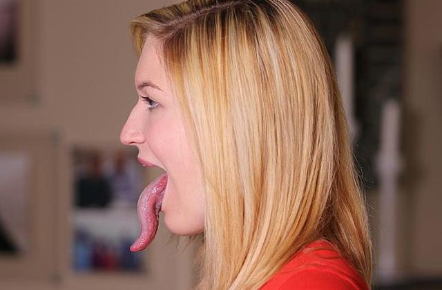 Ennek a lánynak van a leghosszabb nyelve a világon