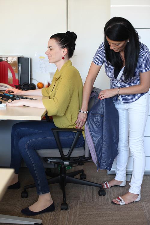 Hátfájás ellen: így ülj az irodai széken, hogy ne szakadjon be a hátad!