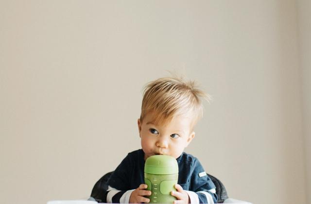 Cumi vagy pohár? Miből igyon a gyerkőc?