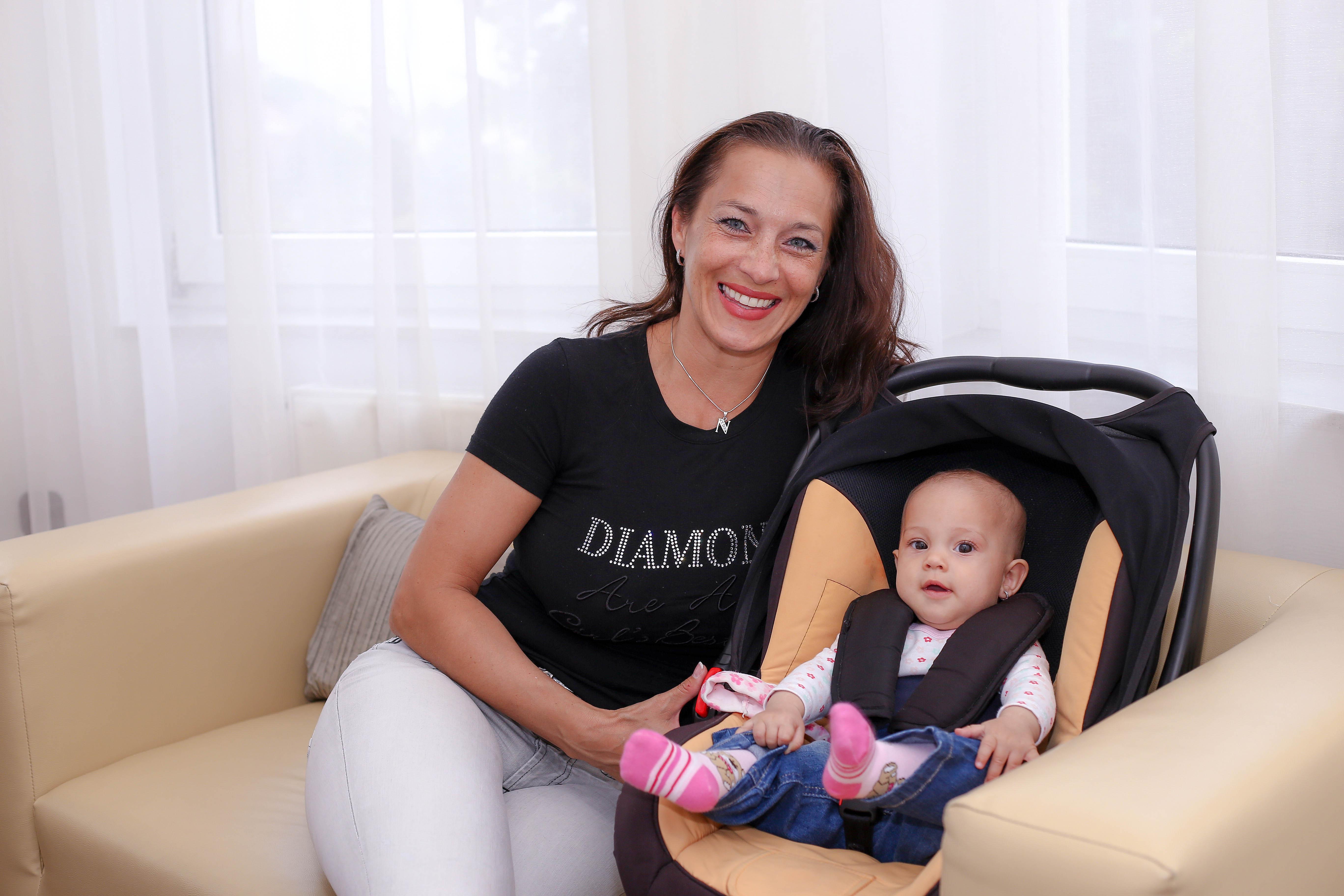 Friss szupercuki képek Fésűs Nelly kisbabájáról