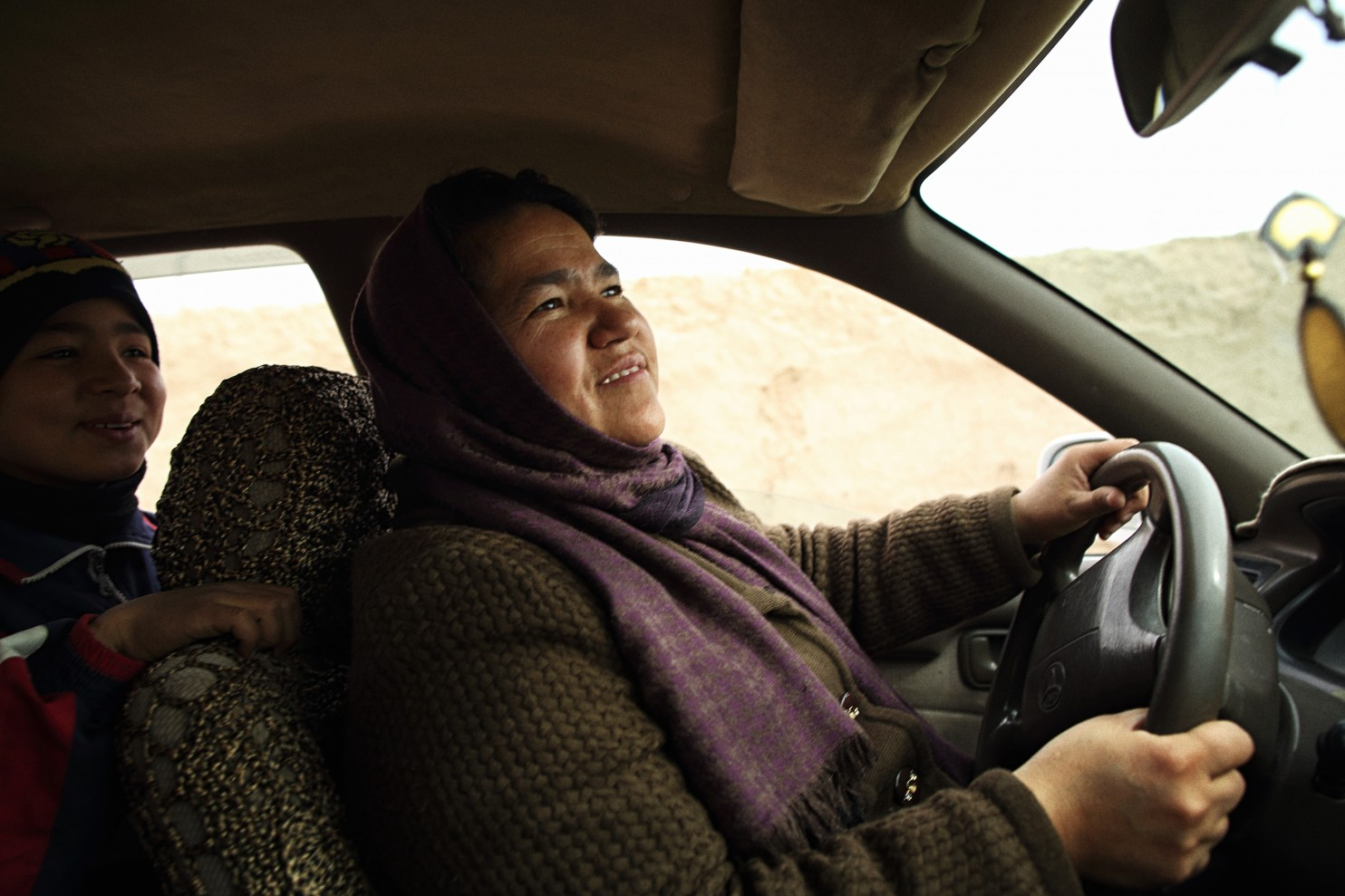 Ő a világ első afgán taxisofőrnője