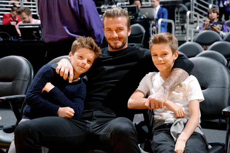 David és a gyerekek egy kosármeccsen