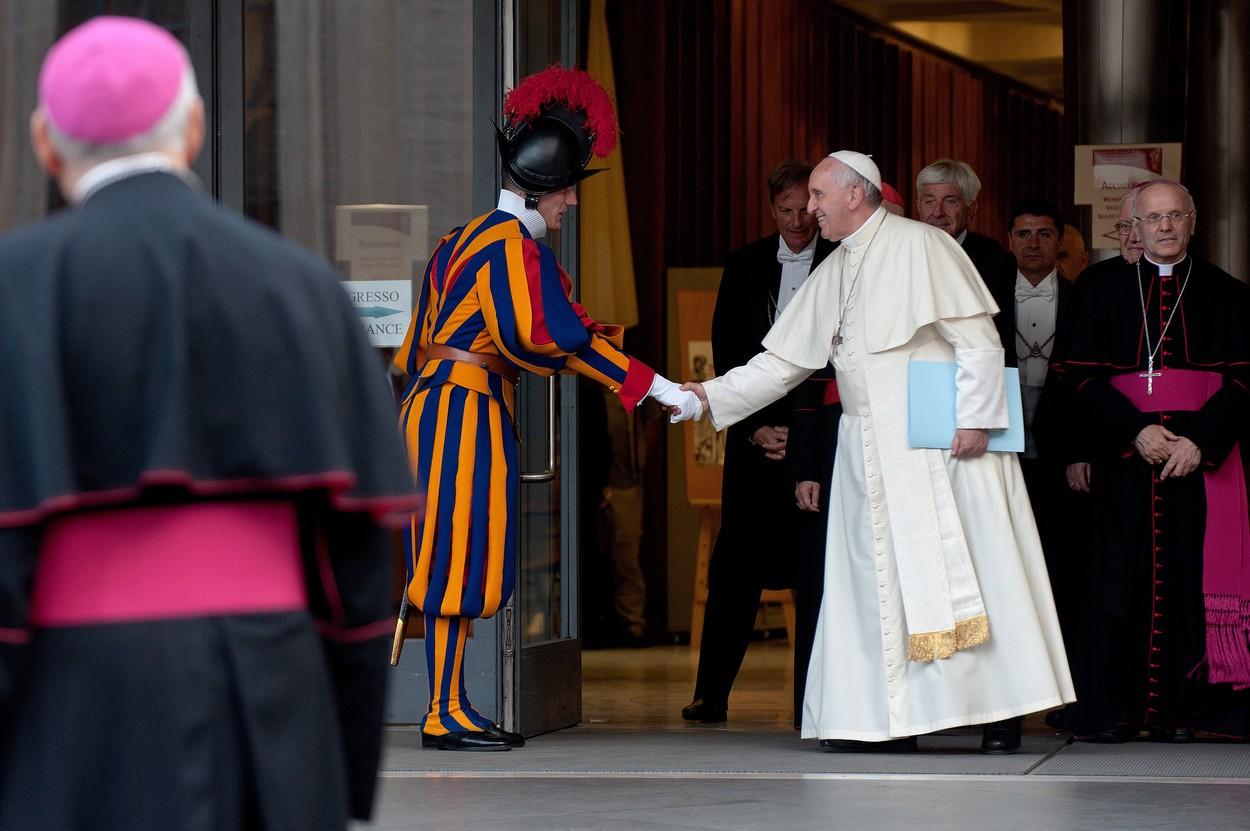 Kivételes interjú Ferenc pápával, aki csak pizzázni és buszozni akar