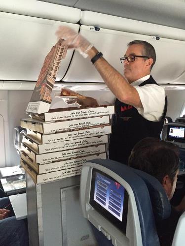 Késett a gép, pizzát rendelt a kapitány az utasokank