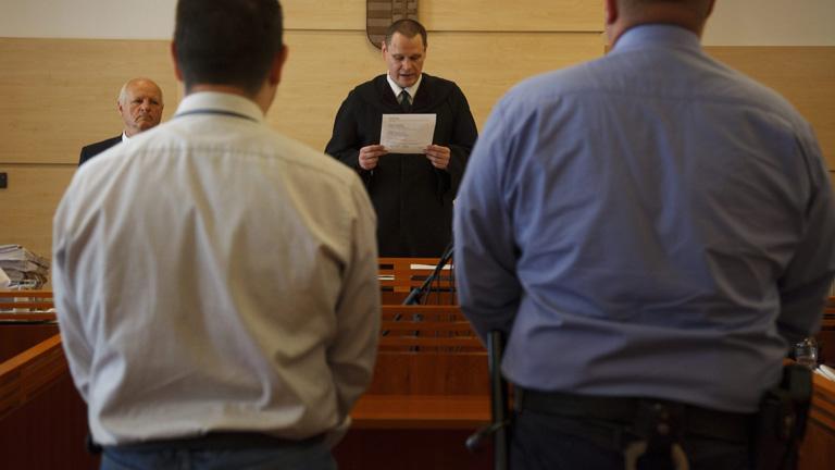 K. Sándor Szilárd (háttal b) hallgatja Németh Károly bírót az ellene szexuális erőszak bűntette miatt indult büntetőper ítélethirdetésén a Fonyódi Járásbíróságon - MTI Fotó: Varga György