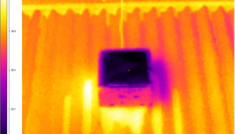 A hőkamerás képen jól látható a hővisszaverő anyag működése (Fotó: Technical University of Sydney)