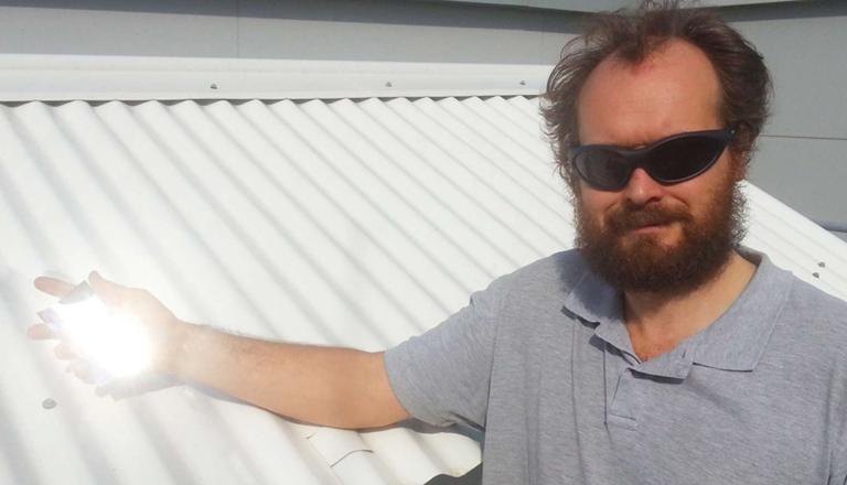 Angus Gentle, az egyetem egyik kutatója a különleges anyagot tartja a kezében (Fotó: Technical University of Sydney)